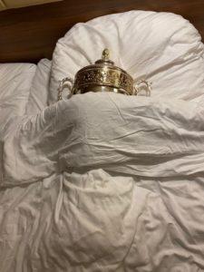 Siegerpokal in Dinas Bett.